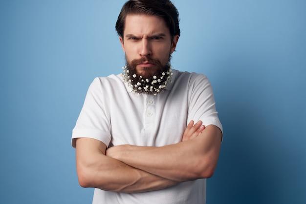 Homme joyeux dans les fleurs de chemise dans le style de vie de nature de décoration de barbe