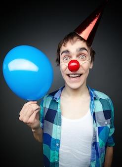 Homme joyful avec un ballon bleu