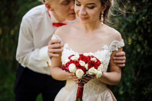 Homme juste marié embrassant sa fiancée. conception du mariage