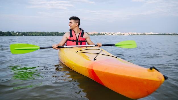 Homme kayak sur les lacs pittoresques