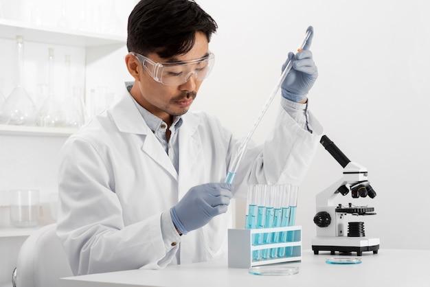 Homme en laboratoire faisant des expériences