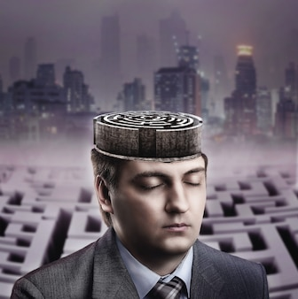 Homme avec labyrinthe dans son cerveau sur la ville sombre