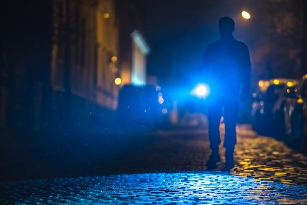 L'homme avec une lampe de poche inspecte la route. le soir la nuit