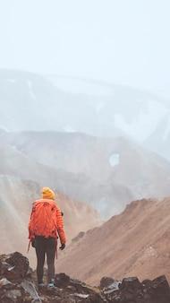 L'homme à landmannalaugar dans la réserve naturelle de fjallabak, les hautes terres d'islande