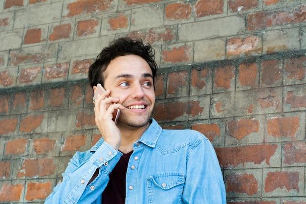 Homme latin, parler téléphone