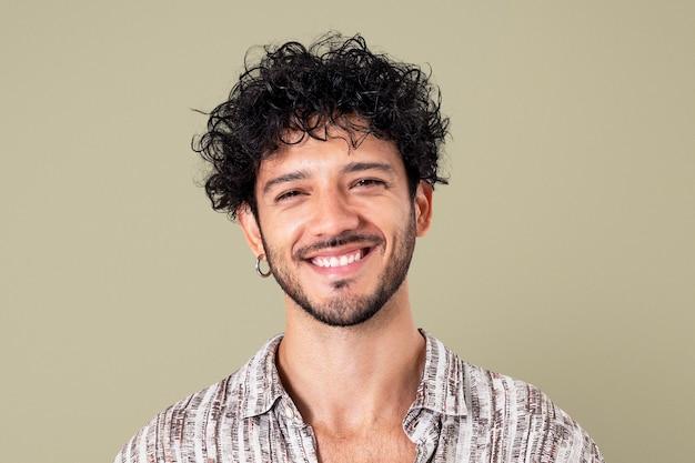 Homme latin souriant portrait agrandi d'expression joyeuse