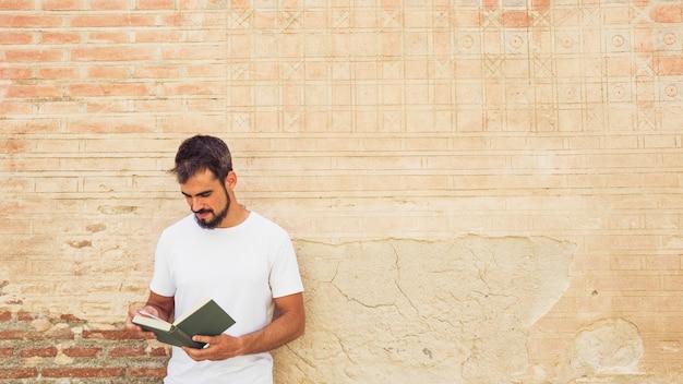 Homme, lecture, livre, contre, mur grunge
