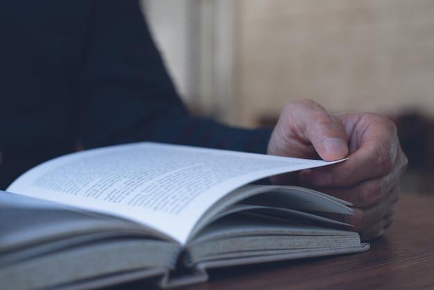 Homme, lecture, livre, table