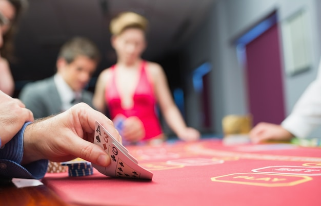 Homme levant la main du poker