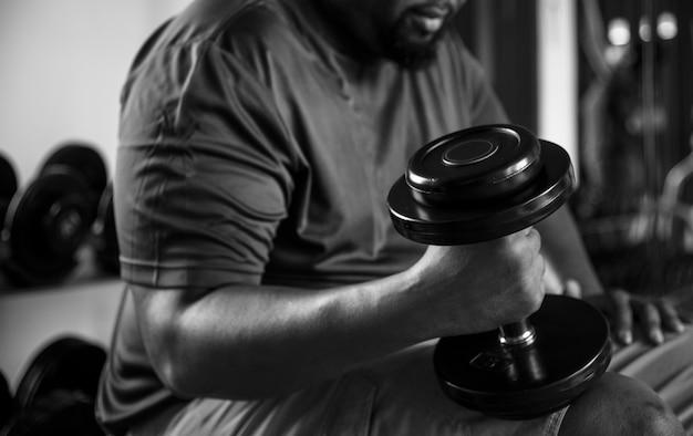 Homme levant des poids au gymnase