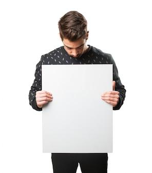 Homme lisant une affiche