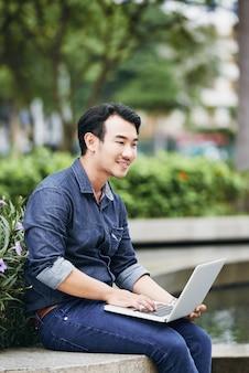 Homme lisant des courriels