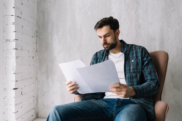 Homme lisant des documents