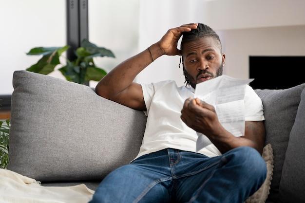 Homme lisant les instructions pour un test covid à la maison