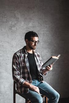 Homme lisant. livre entre ses mains. éducation, développement, connaissances