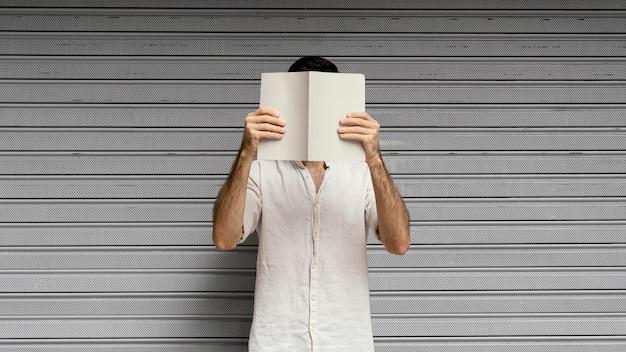 Homme lisant un livre intéressant