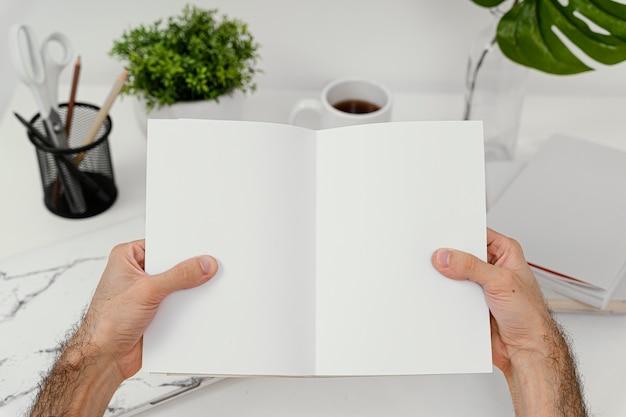 Homme lisant un livre seul