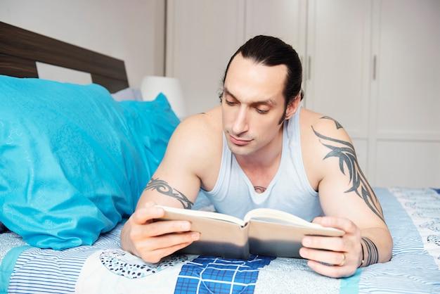 Homme lisant un livre