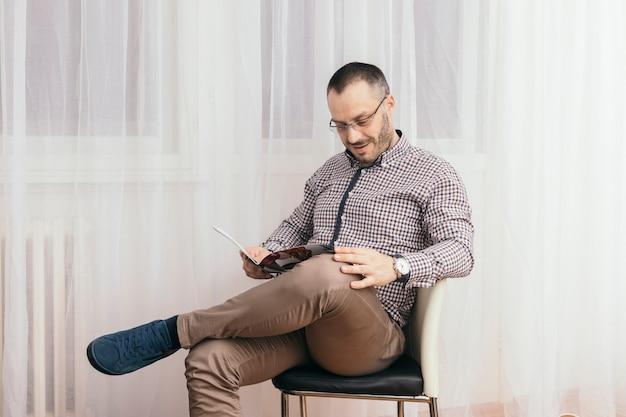 Homme lisant un magazine