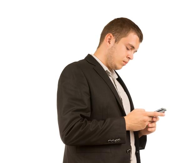 Homme lisant un message texte sur son téléphone portable