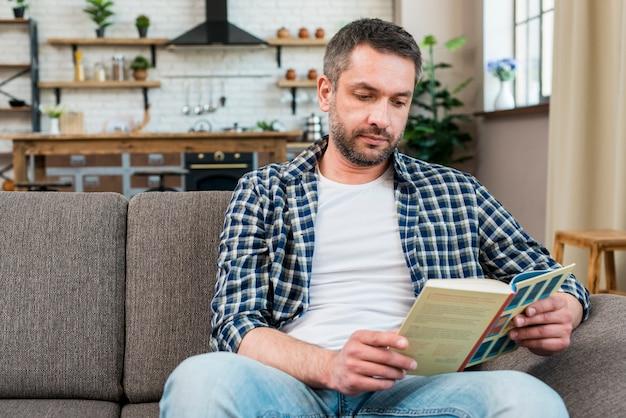 Homme lisant