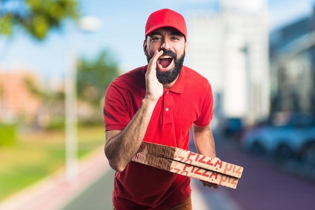 L'homme de la livraison de pizza grève sur un fond de figure non focalisé