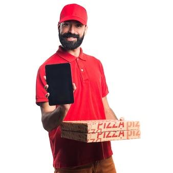 Homme de livraison de pizza tenant une tablette