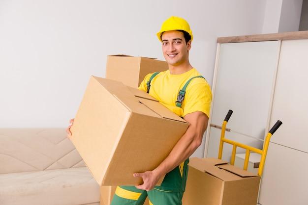 Homme livrant des boîtes pendant le déménagement