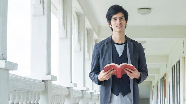 Homme, livre rouge, couloir