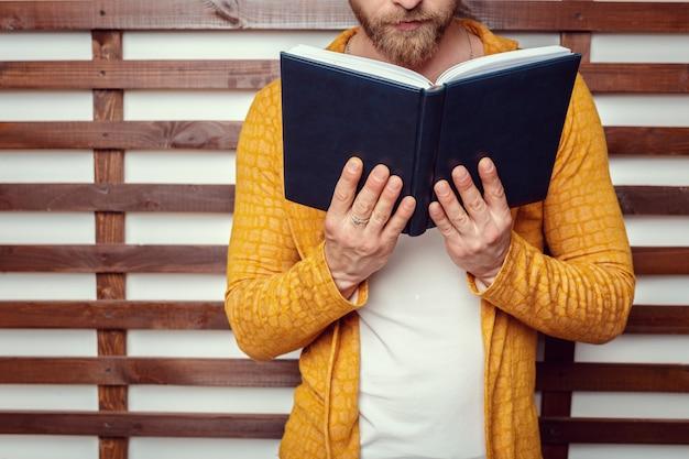 L'homme avec un livre