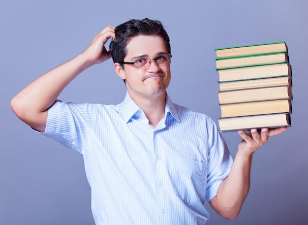 Homme avec des livres.