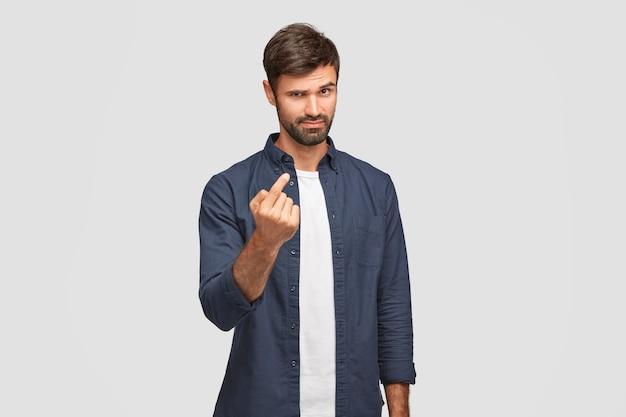 Homme sûr de lui avec des poils sombres, se montre du doigt