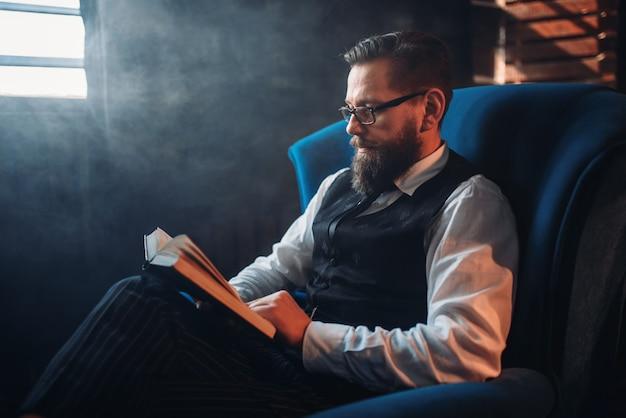 Homme à lunettes contre fenêtre dans une pièce enfumée