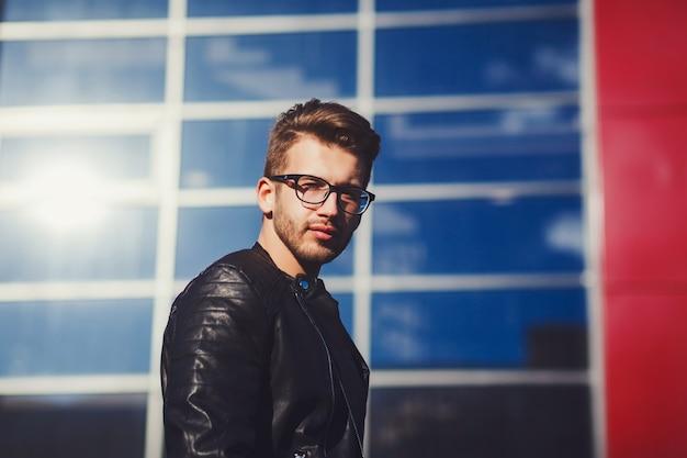 Homme avec des lunettes et un cuir noir