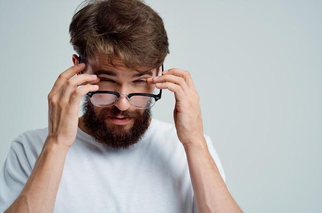 Homme avec des lunettes à la main des problèmes de vision libre