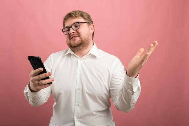 Un homme avec des lunettes parle de communication vidéo et jure