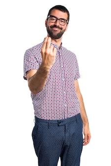 Un homme avec des lunettes qui viennent un geste