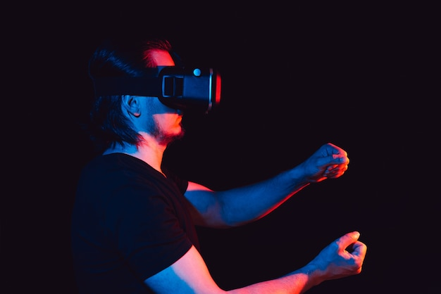 Un homme à lunettes de réalité virtuelle est dans une simulation