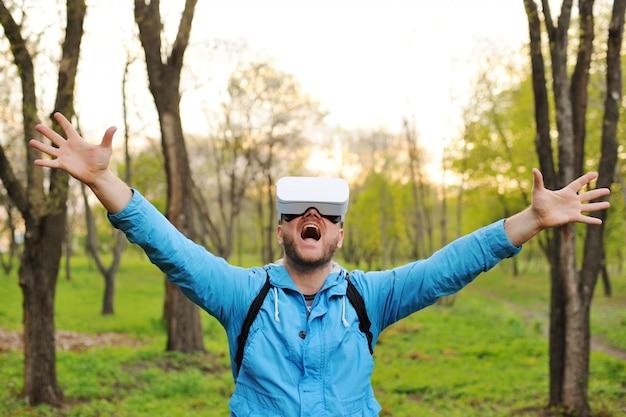 Homme à lunettes de réalité virtuelle et une veste bleue