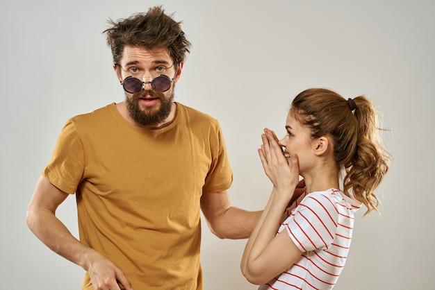 Homme à lunettes de soleil à côté de la femme en mode de communication d'émotions t-shirt rayé
