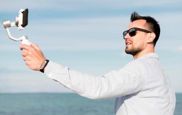 Homme, lunettes soleil, enregistrement, lui-même