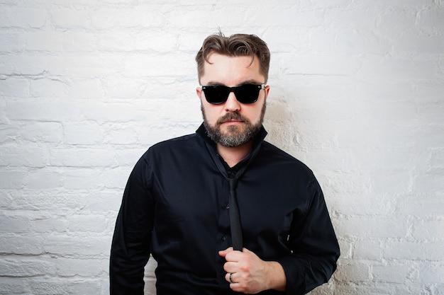 Homme avec des lunettes de soleil noires