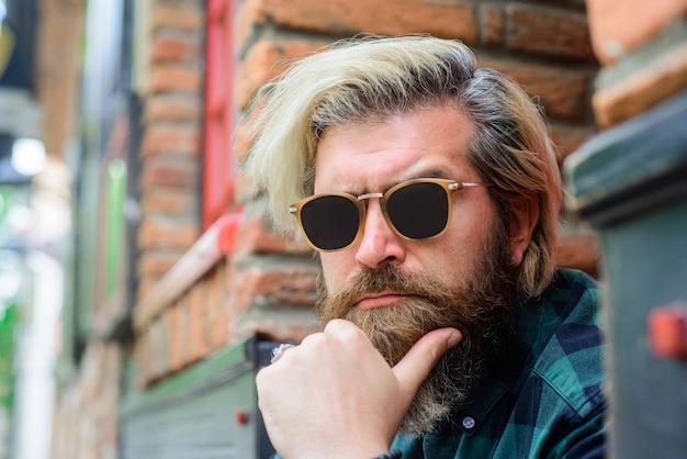 Homme à lunettes de soleil en plein air homme barbu à lunettes bel homme à lunettes mode mode masculine