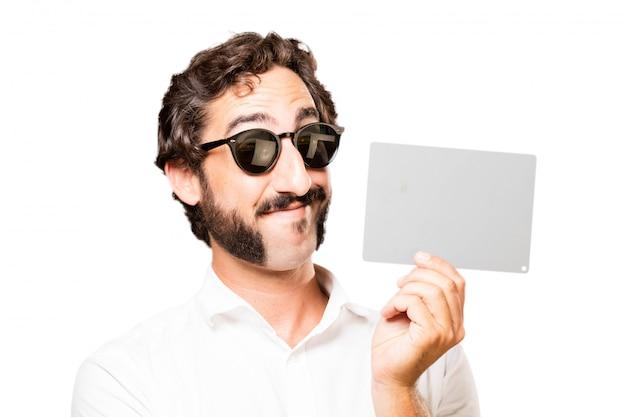 L'homme avec des lunettes de soleil et un signe