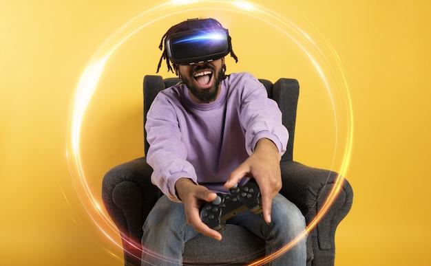 L'homme avec des lunettes vr joue avec un jeu vidéo virtuel