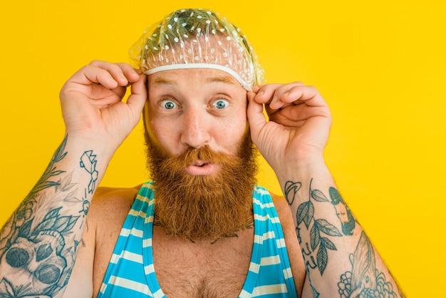 Homme avec maillot de bain et bonnet pour femme est prêt pour l'été