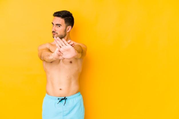 Homme avec maillot de bain faisant un geste de déni