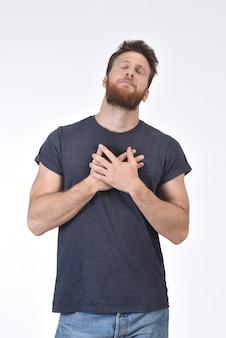 Homme avec la main au coeur sur blanc
