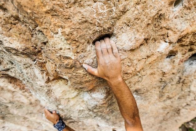 Homme main gauche avec de la poudre de craie dans le sport d'escalade de falaise, ao nang, krabi, thaïlande