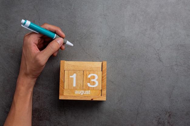 Un homme de la main gauche avec un stylo.concept de jour de hander gauche.